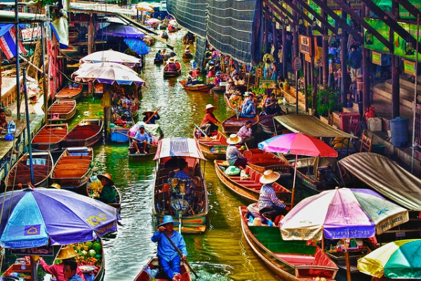 Wanna visit the floating market in Thailand. Pic from http://travel.allwomenstalk.com/